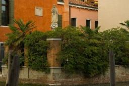corner-garden-statue